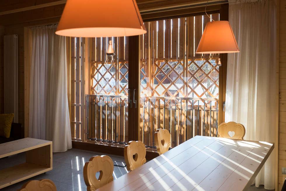 Soggiorno montanaro: Sala da pranzo in stile in stile Rustico di Arch&Craft architects