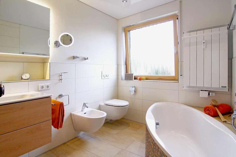 Helle Gestaltung: Moderne Badezimmer Von HEIMWOHL GmbH