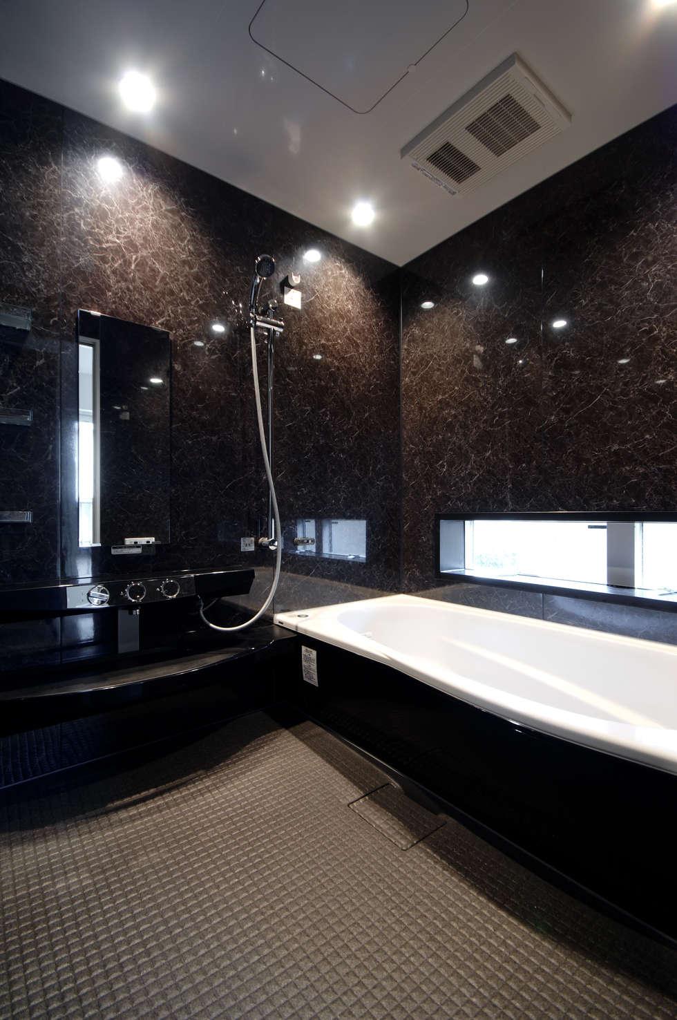 3つの天窓のある家: 前田敦計画工房が手掛けた浴室です。