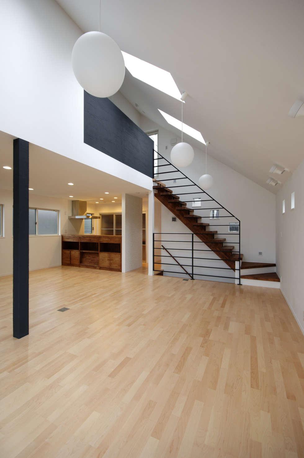 3つの天窓のある家: 前田敦計画工房が手掛けたリビングです。