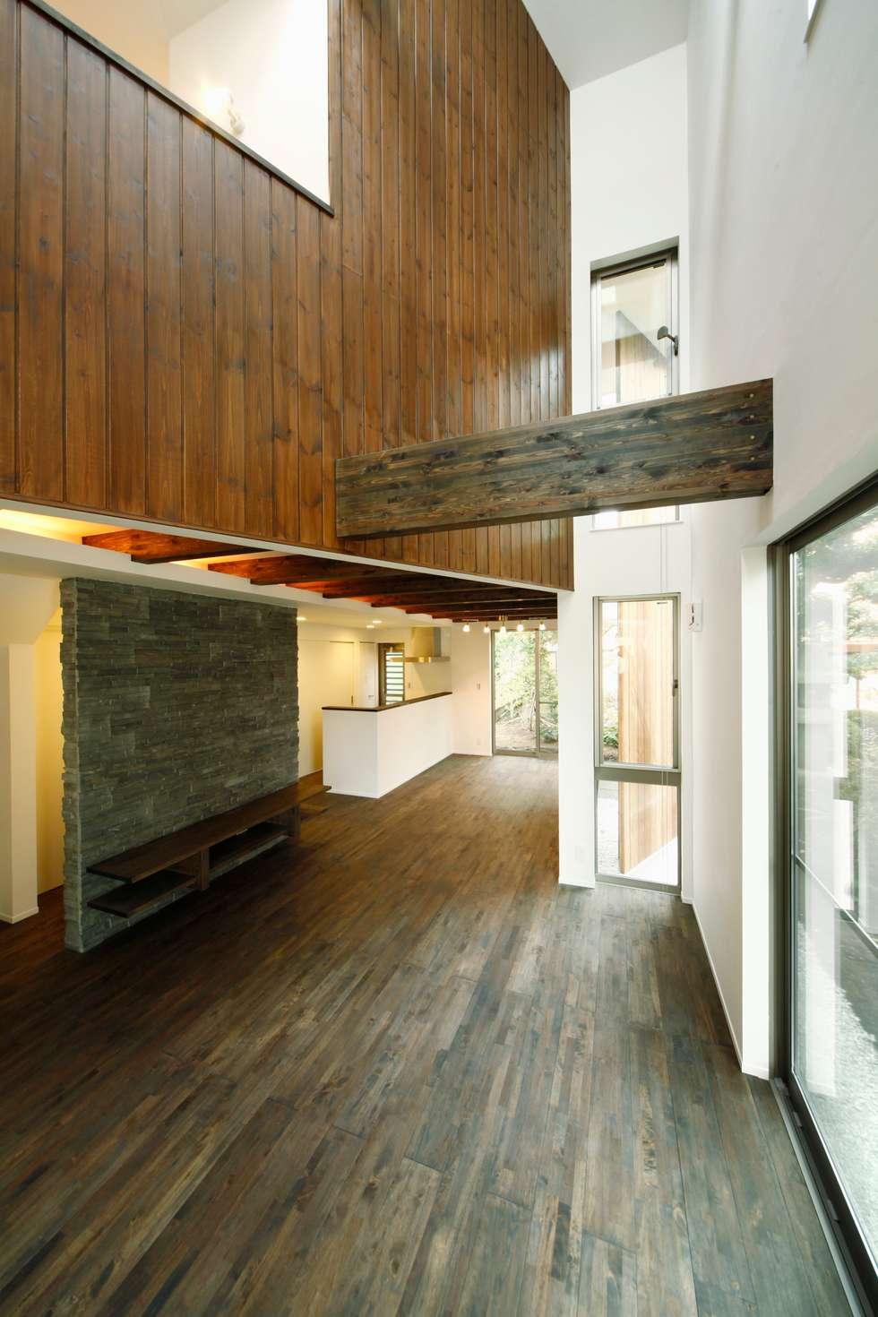 逆遠近法の家: 前田敦計画工房が手掛けた廊下 & 玄関です。