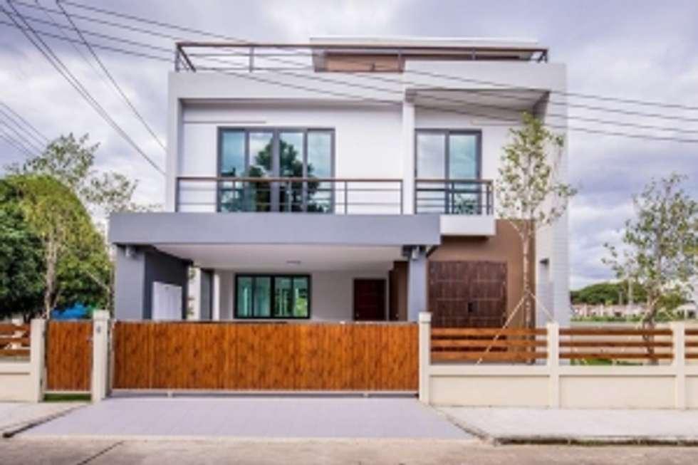 บ้านสามชั้น สไตล์โมเดิร์น:  บ้านเดี่ยว by บริษัท ถาวรเจริญทรัพย์ จำกัด