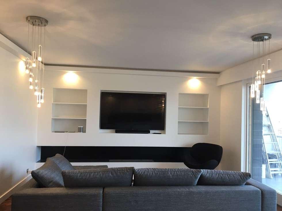 Télé et cheminée au bio éthanol: Salon de style de style Moderne par CBM Interiors sas