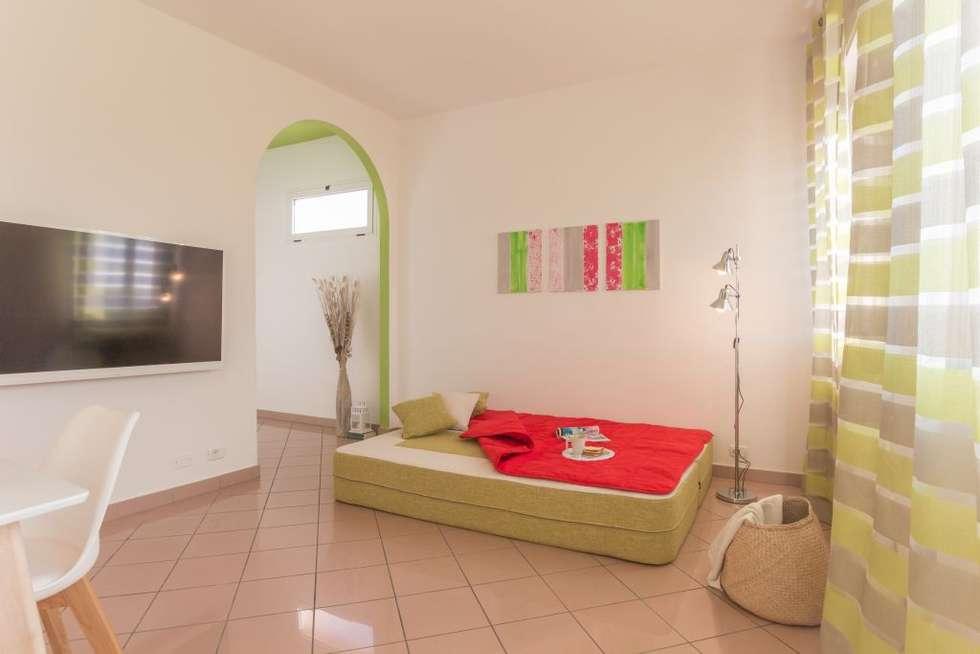 Airone, Home Staging per la Microricettività: Soggiorno in stile in stile Minimalista di Anna Leone Architetto Home Stager