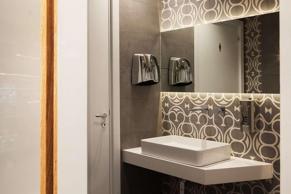 Particolare rivestimento bagno : Bar & Club in stile  di Romano pavimenti