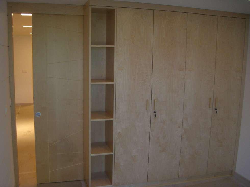Armadio camera con porta a scomparsa: Camera da letto in stile in stile Moderno di Idea Design Factory