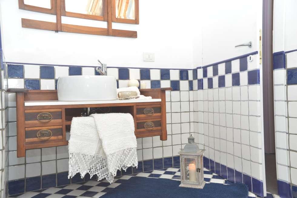 ristrutturazione bagno in mansarda: Bagno in stile in stile classico di Home Atmosphere