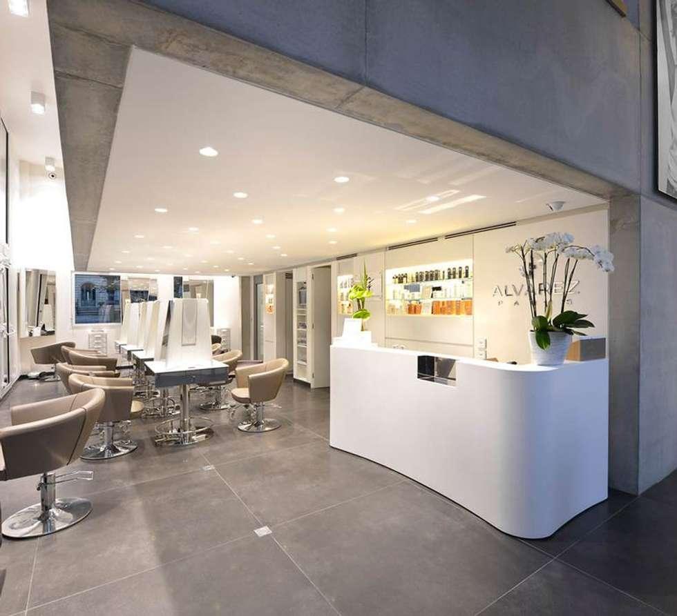 SALON DE COIFFURE ET DE BEAUTÉ ALVAREZ, Paris: Espaces commerciaux de style  par NEDGIS