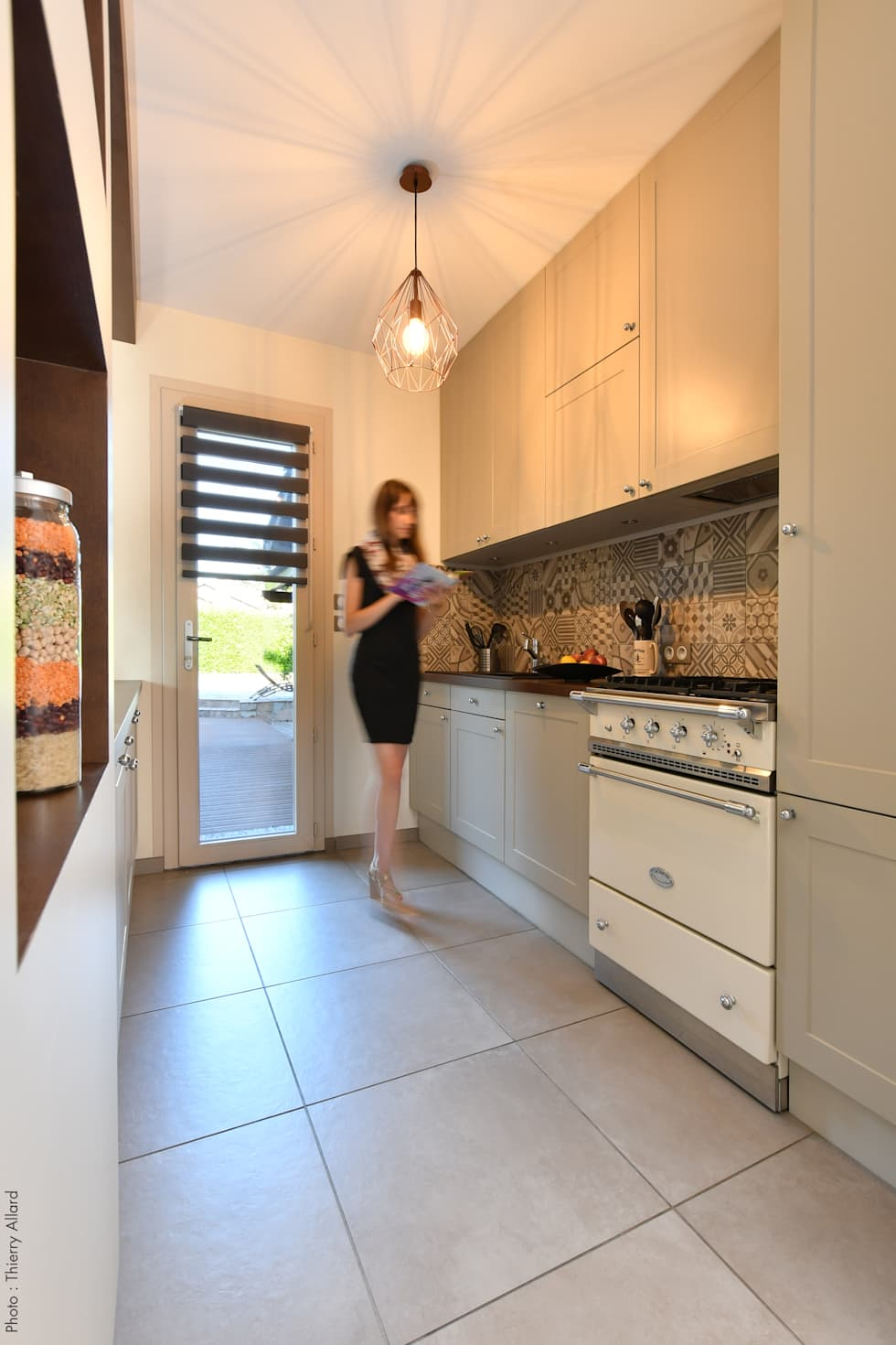 Création d'une cuisine à la fois classique et contemporaine à Irigny par Tiffany Fayolle, Architecte d'intérieur et décorateur à Lyon: Cuisine intégrée de style  par Tiffany FAYOLLE