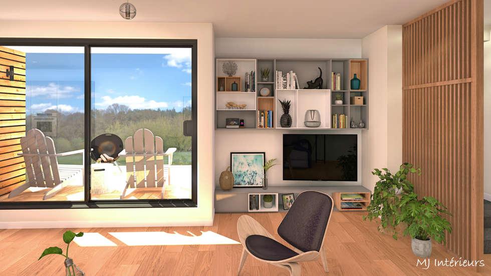 Le coin TV et un aperçu de la terrasse couverte: Salon de style de style Moderne par MJ Intérieurs