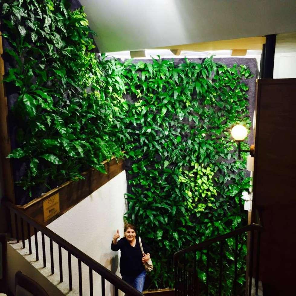 Jardines verticales en interior para centros comerciales: Centros Comerciales de estilo  por DVida Jardines verticales
