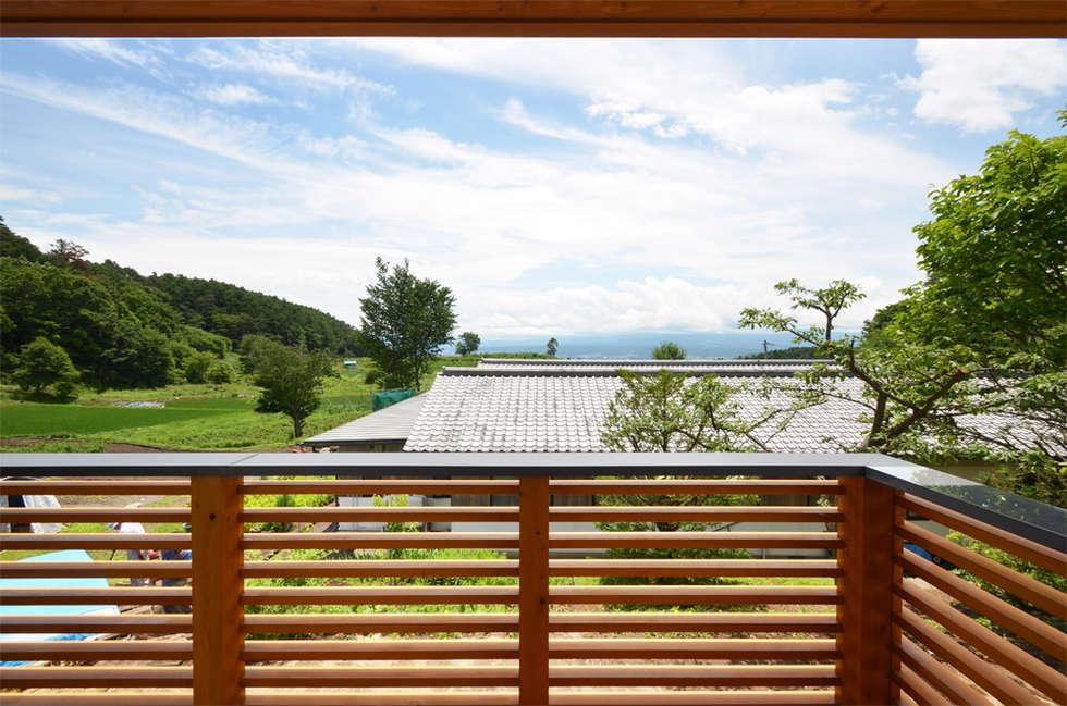 高峰の家: 鎌田建築設計室が手掛けたベランダです。