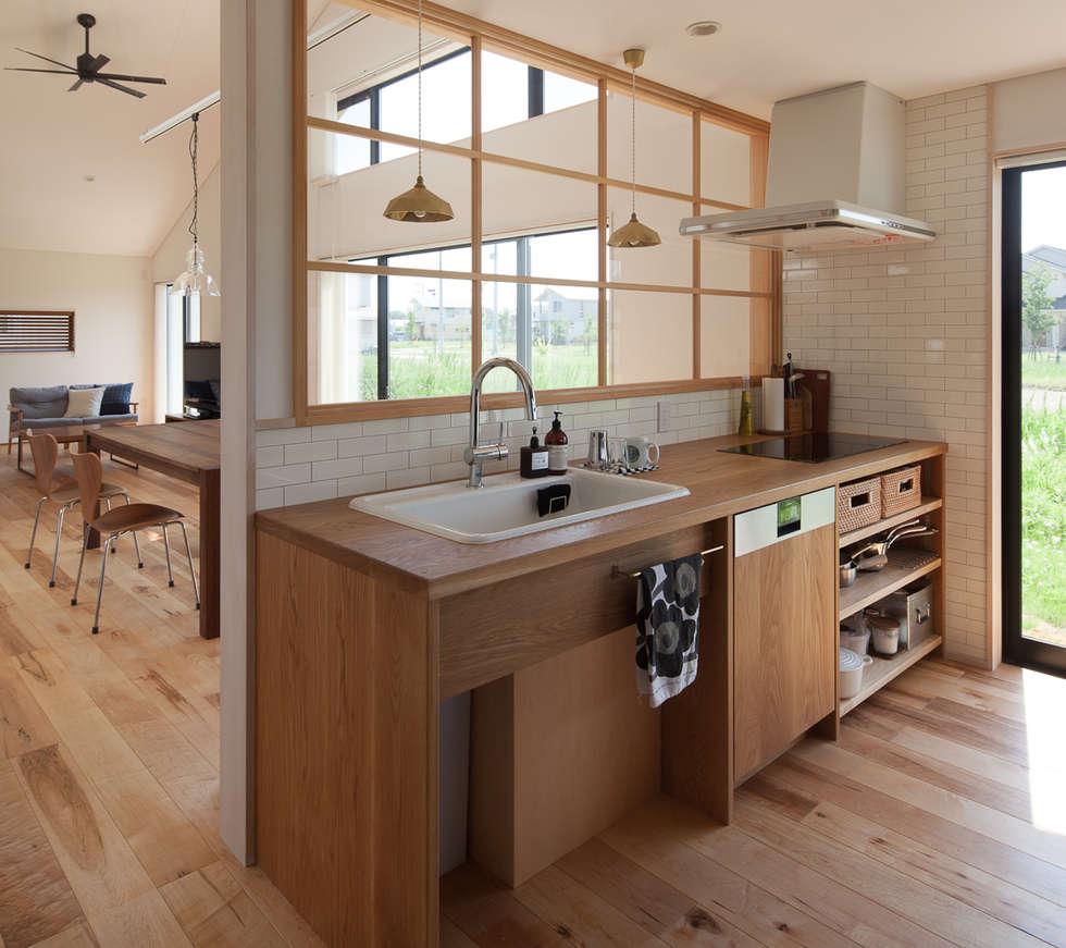 さんかく屋根の家: 株式会社 井川建築設計事務所が手掛けたキッチンです。