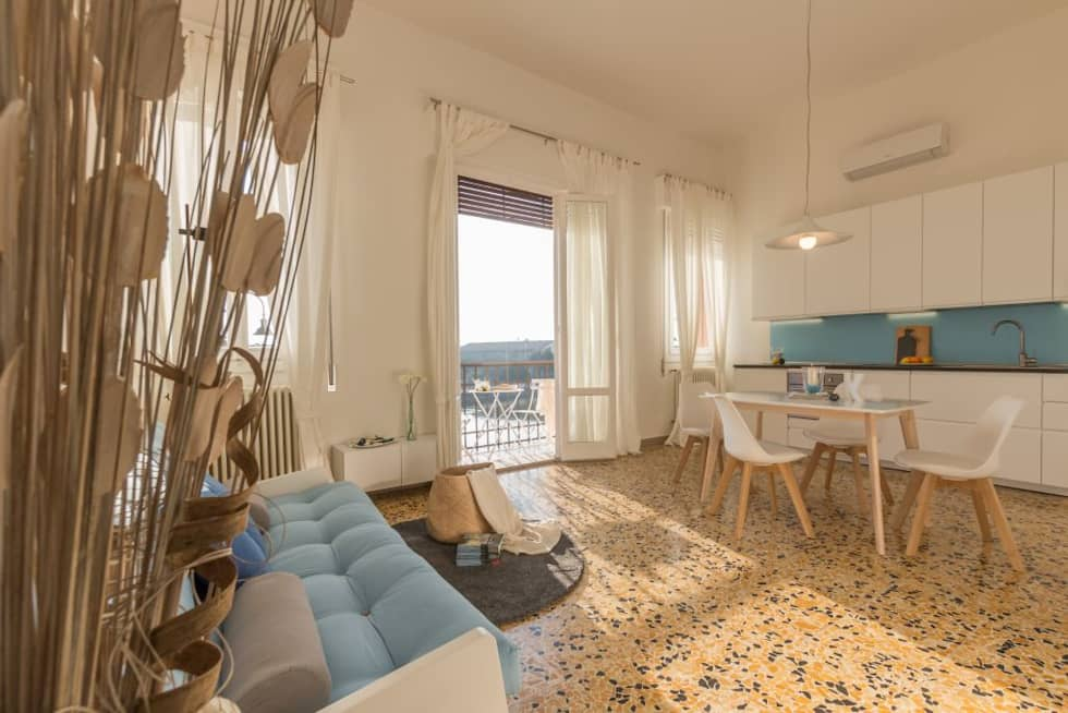 Home Staging per la Microricettività: Soggiorno in stile in stile Minimalista di Anna Leone Architetto Home Stager