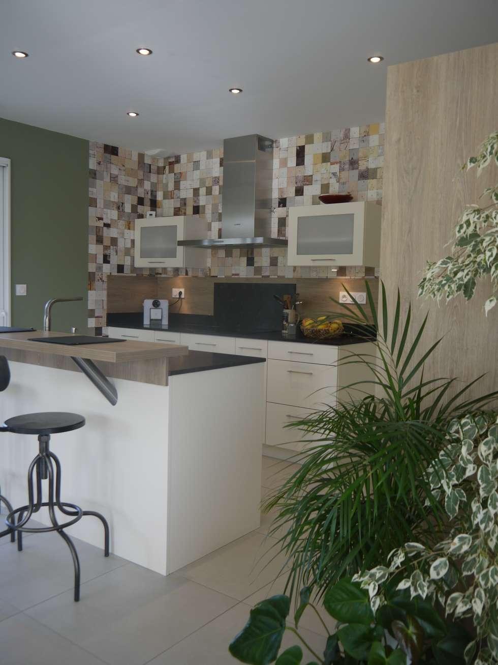 Décoration d'une pièce de vie - maison d'habitation à Brissac Quincé: Éléments de cuisine de style  par Conseil Déco & Création