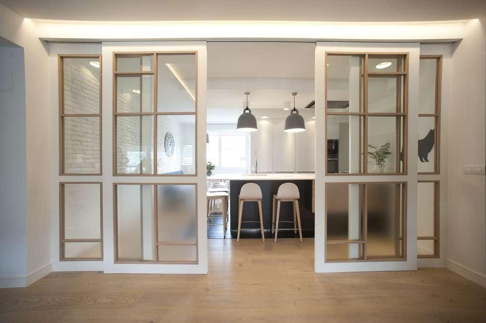 Reforma de vivienda en madera, blanco y tonos azules: Cocinas de estilo clásico de Sube Susaeta Interiorismo