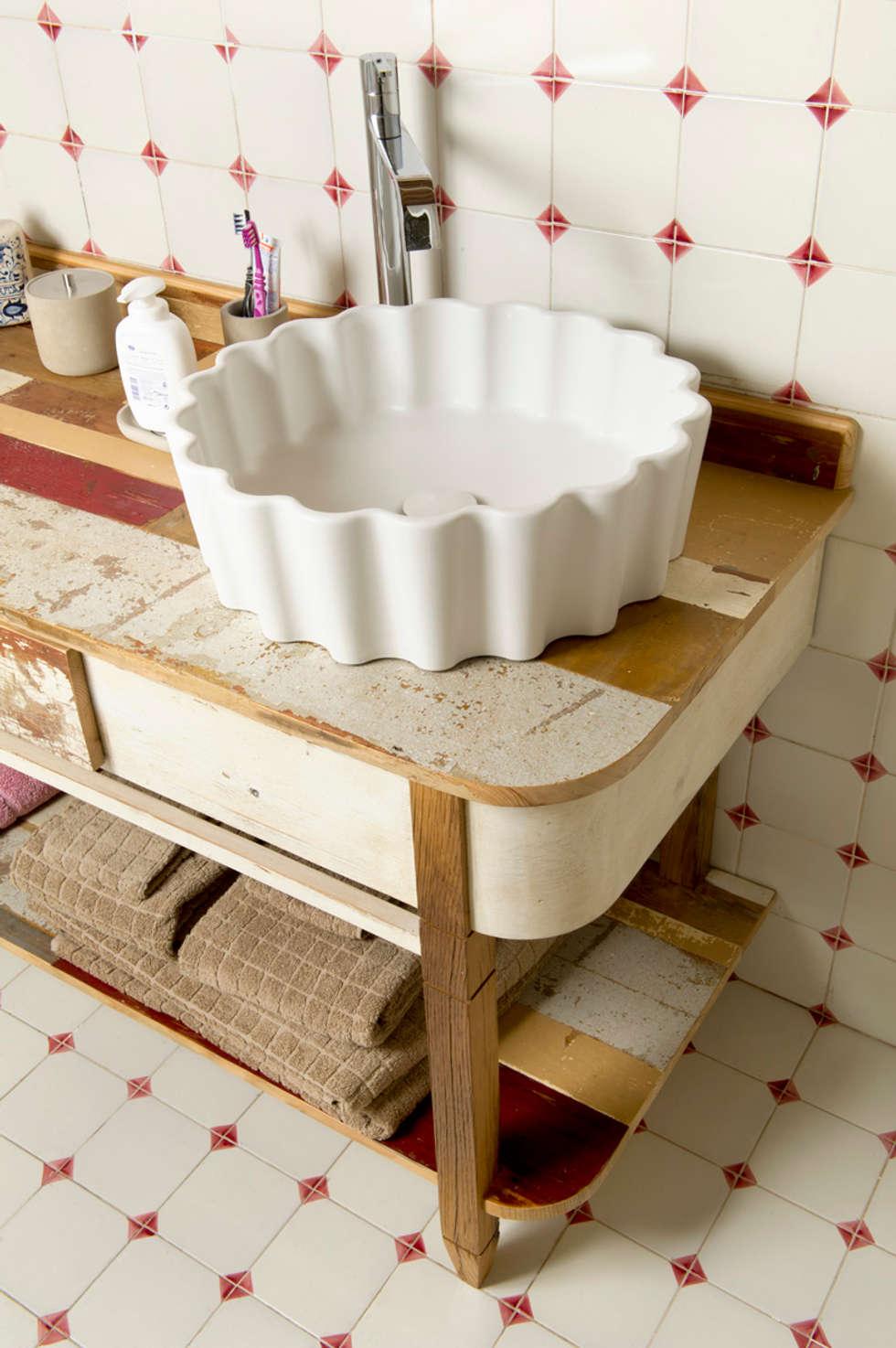 Bagni per casale in Val d'Orcia collaborazione arch. Settimio Belelli: Bagno in stile In stile Country di Laquercia21