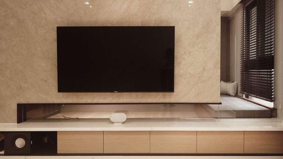 電視牆:  客廳 by 見和空間設計