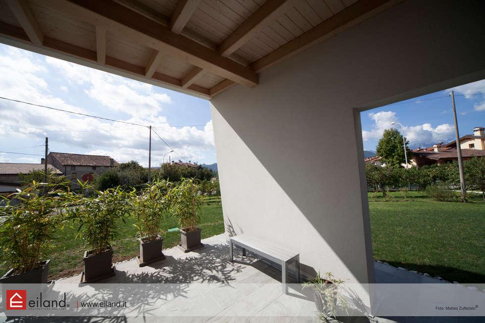 Vivere il giardino: Casa di legno in stile  di EILAND