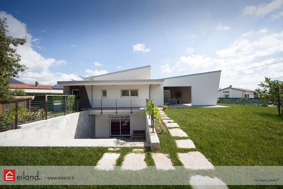 Legno: alte prestazioni energetiche: Casa di legno in stile  di EILAND