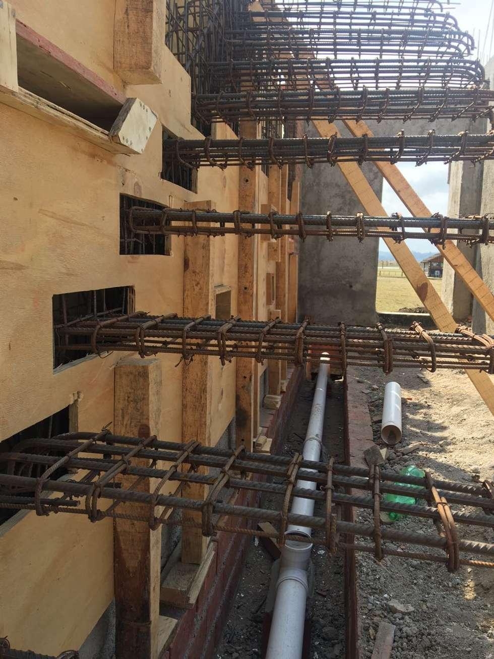 Muros y escaleras de hormig n armado visto pasillos y recibidores de estilo por development - Muros de hormigon ...
