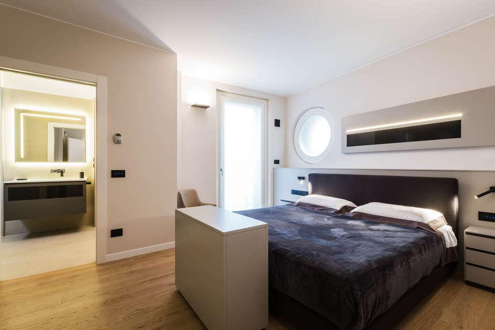camera da letto moderna: Camera da letto in stile in stile Minimalista di ADIdesign*  studio
