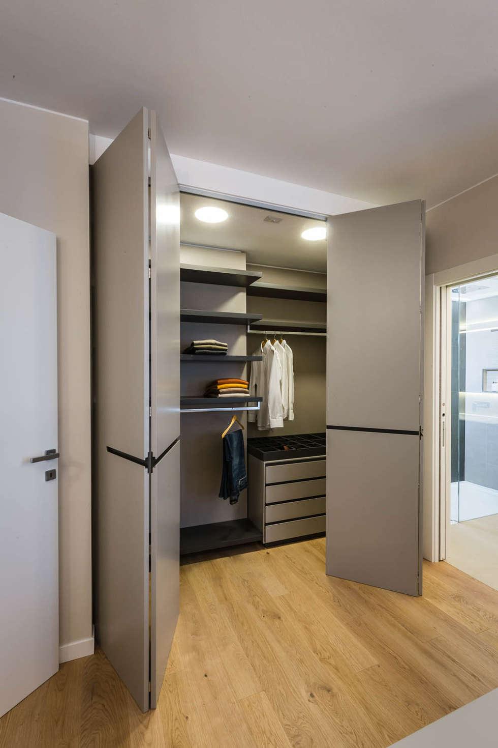 cabina armadio: Camera da letto in stile in stile Minimalista di ADIdesign*  studio