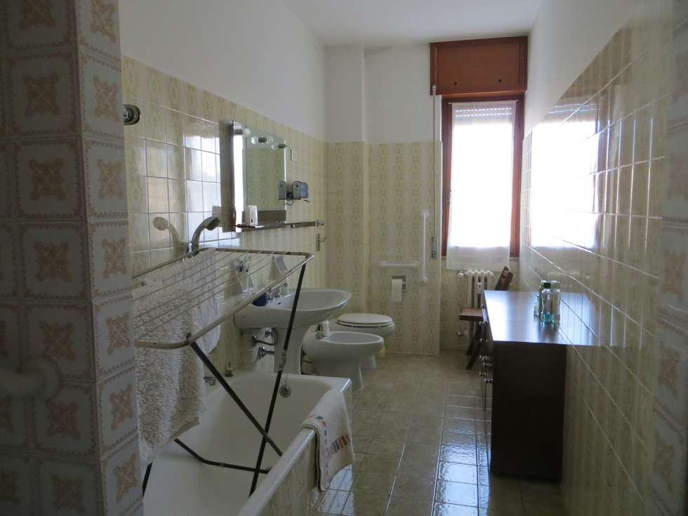 Due bagni vintage: bagno in stile in stile moderno di architetto
