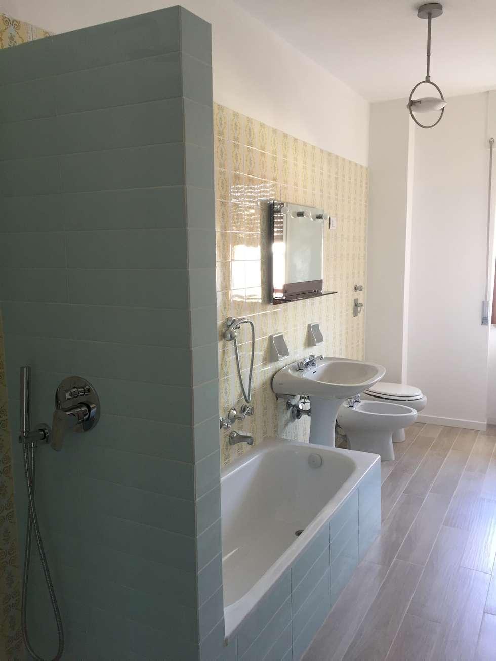 Due bagni vintage: bagno in stile in stile moderno di architetto ...