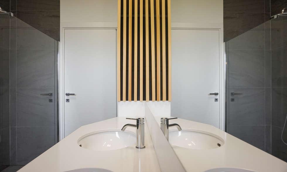 Apartment renovation in Turin: Bagno in stile in stile Minimalista di Edoardo Pennazio