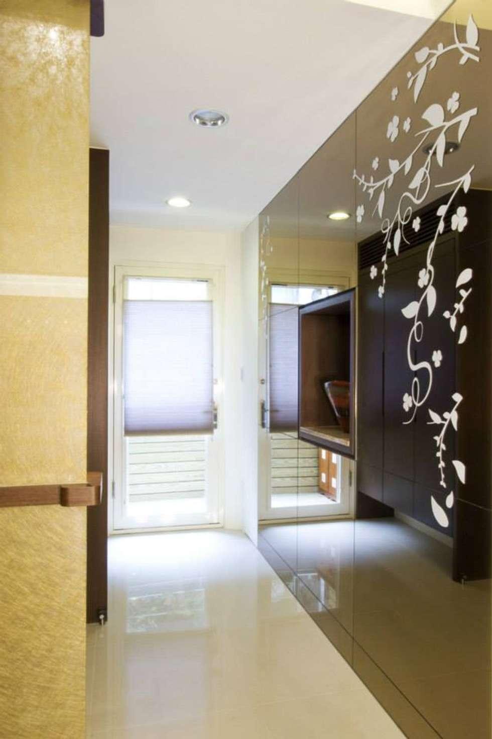 玄關造型隔間牆:  走廊 & 玄關 by Hi+Design/Interior.Architecture. 寰邑空間設計