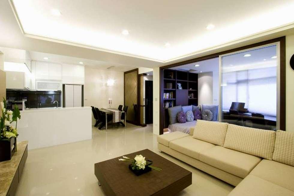 開放的公用空間配置:  客廳 by Hi+Design/Interior.Architecture. 寰邑空間設計