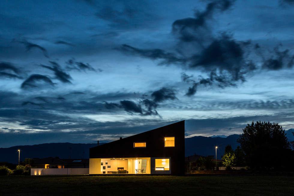 Casa LB: Casa unifamiliare in stile  di Elia Falaschi Photographer