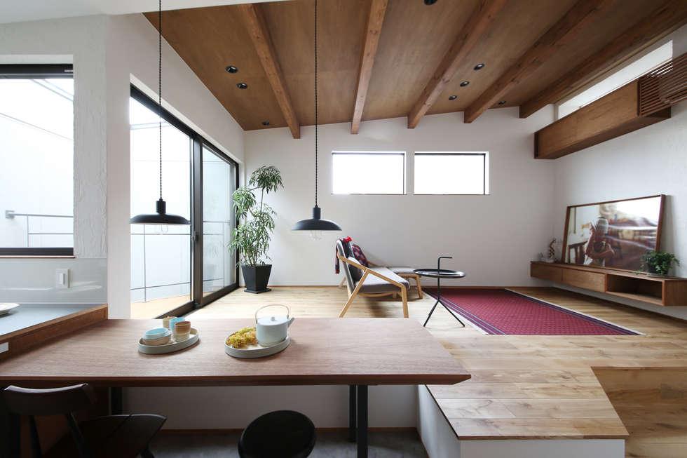 狭小地に建つ家 / zuiun: zuiun建築設計事務所 / 株式会社 ZUIUNが手掛けたリビングです。