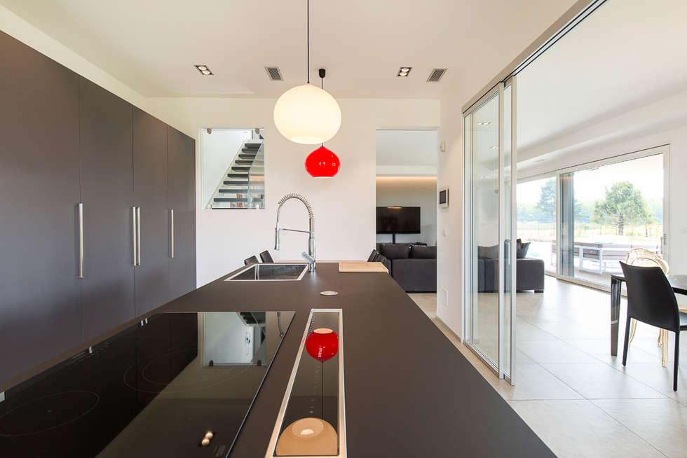 Moderna Villa in Bioedilizia by BIOHAUS: Cucina in stile in stile Moderno di Stefano Pedroni