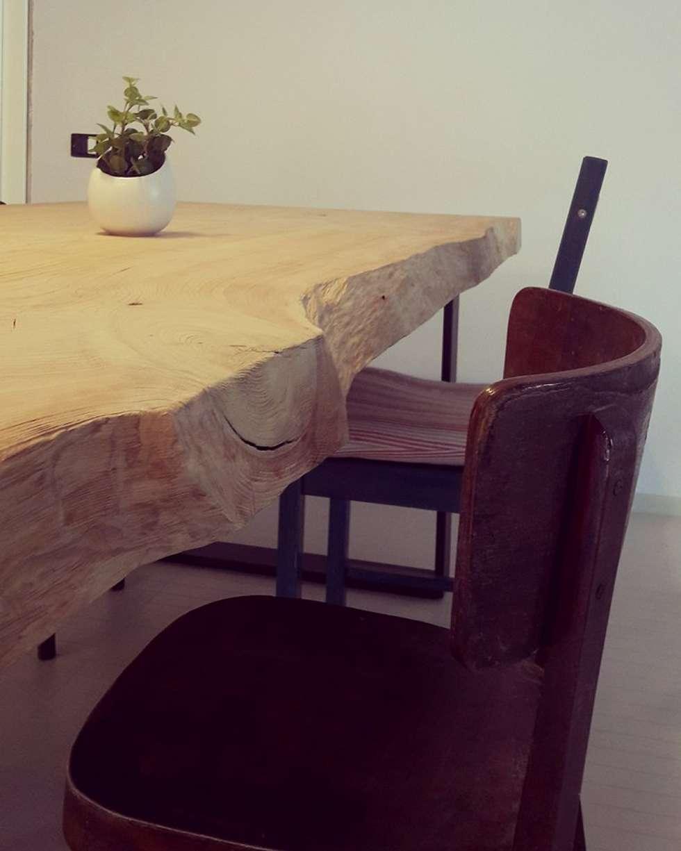 Tavolo in cedro design By A: Soggiorno in stile in stile Moderno di Aguzzoli Arredamenti