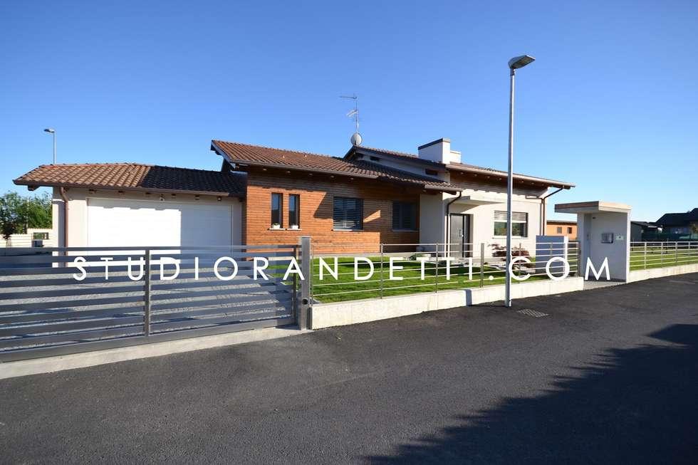 Villa Moderna e di Design by Studio Randetti: Porte da garage in stile  di STUDIO RANDETTI - PROGETTAZIONE E DESIGN