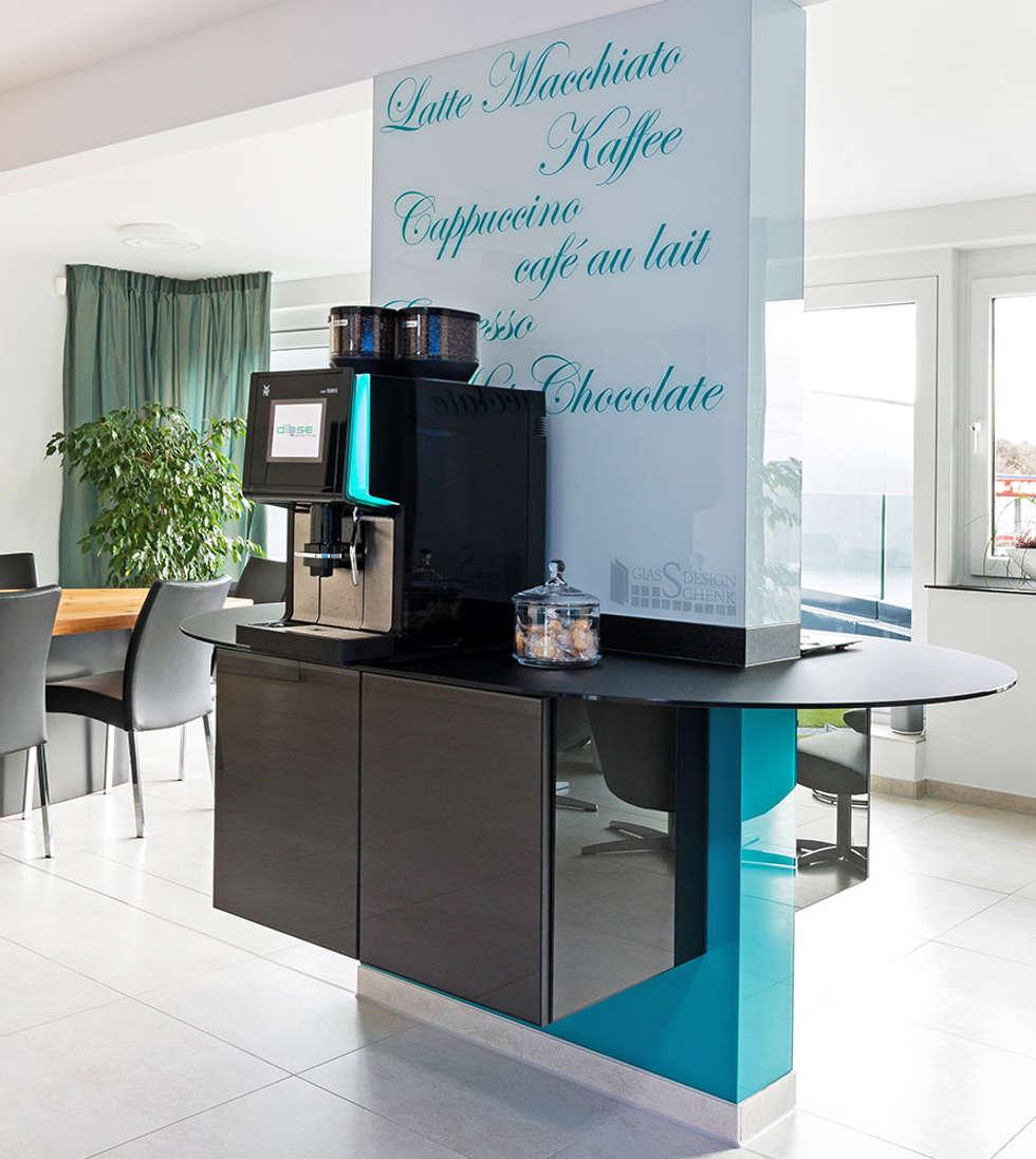 Gegenüber von wasser ist die kaffeebar: moderne küche von ...
