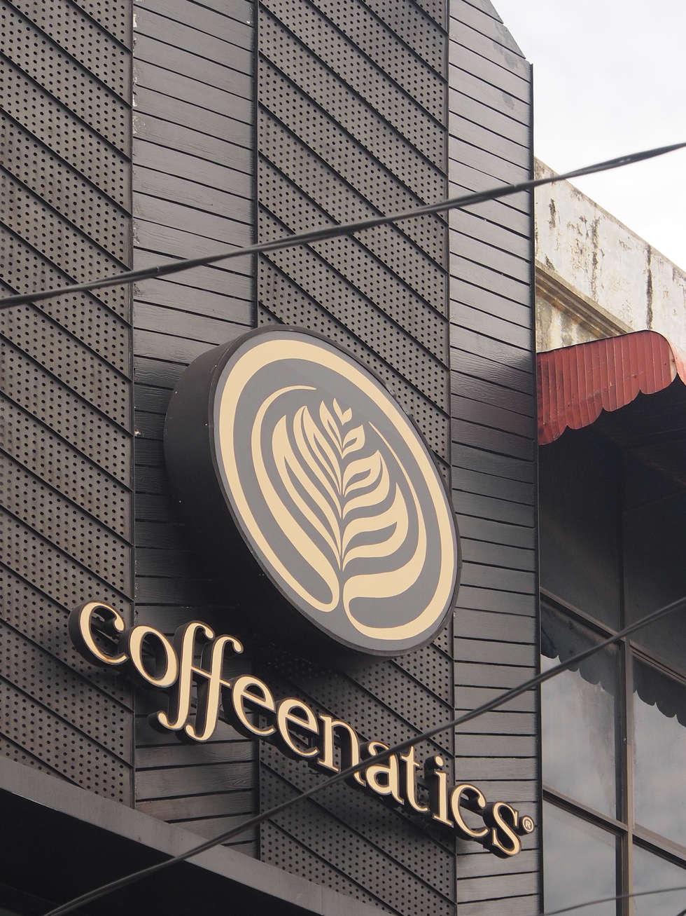 Signage dan fasad:  Restoran by Spasi Architects