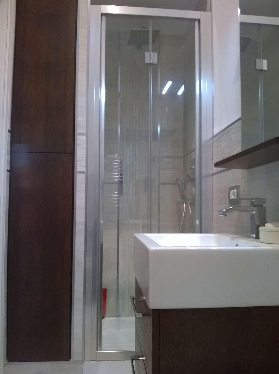 armadio a muro su misura e doccia: Bagno in stile in stile Moderno di HAPPY HABITAT - STUDIO DI ARCHITETTURA SABRINA AURELI