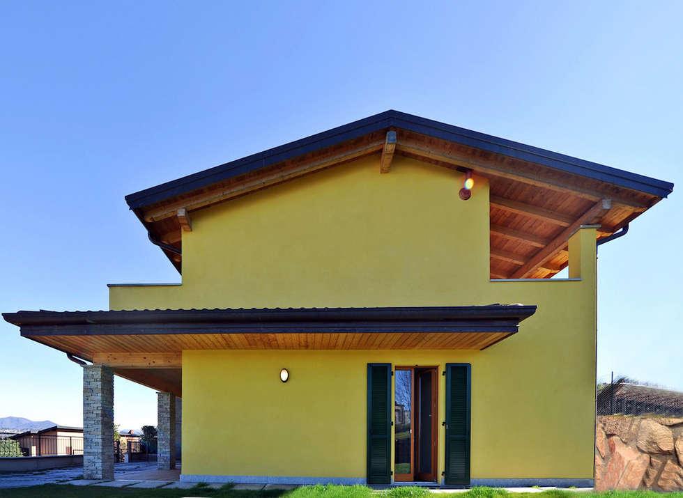 Complesso residenziale in legno sul lago di Varese: Casa di legno in stile  di Novello Case in Legno