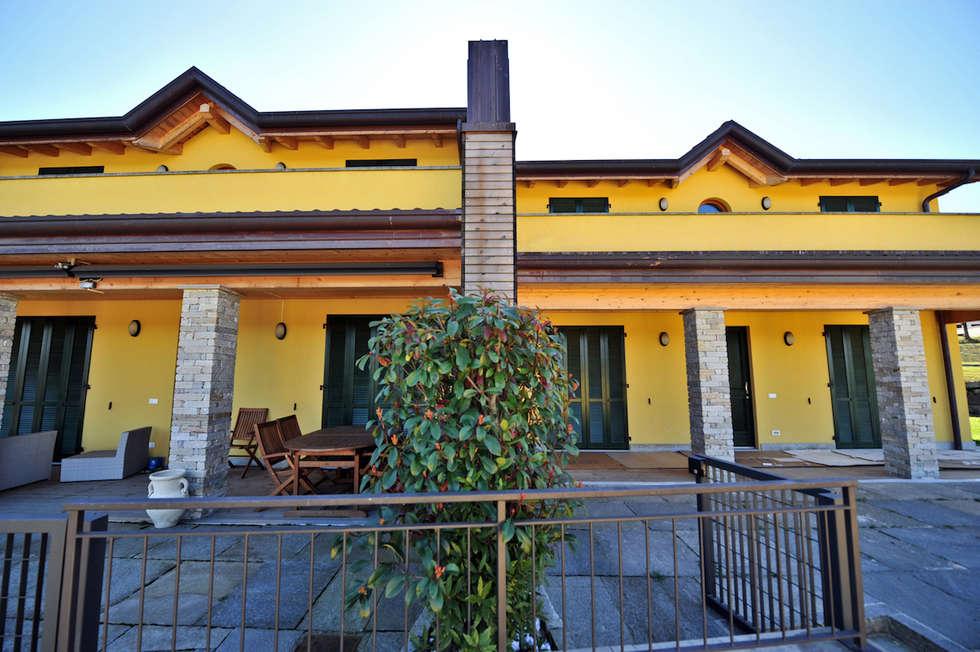 Case in legno a Bodio Lomnago, Varese. Terrazze: Casa prefabbricata  in stile  di Novello Case in Legno