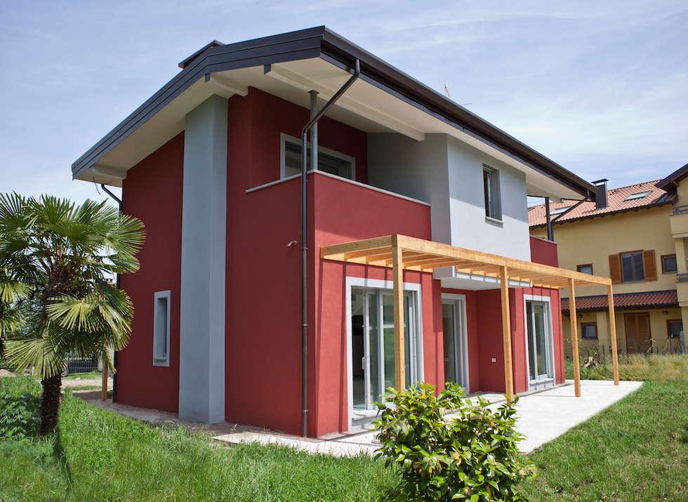 Villa in legno a Varese, Vizzola Ticino: Casa di legno in stile  di Novello Case in Legno