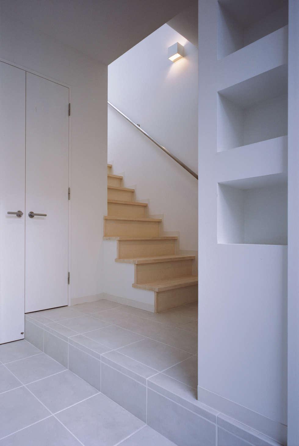 切妻と中庭の家 – 縦長の敷地で、すべての部屋に直接光を届ける –: atelier mが手掛けた廊下 & 玄関です。