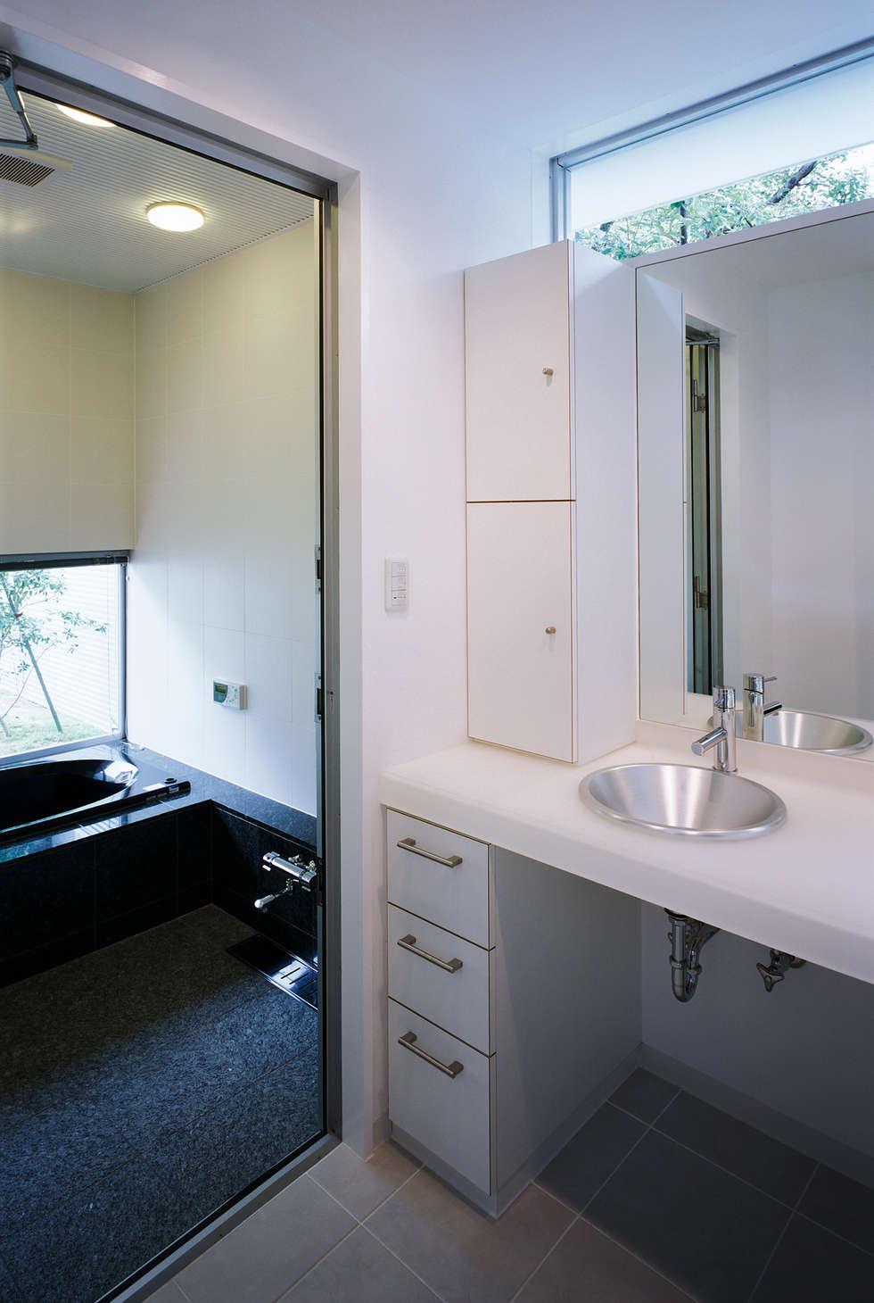 洗面所: atelier mが手掛けた浴室です。