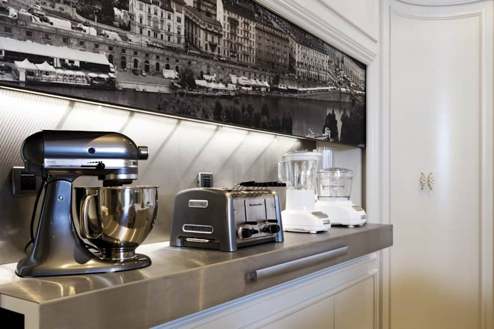 Sistema per nascondere gli elettrodomestici: Cucina in stile in stile Classico di Mobili Ferrero