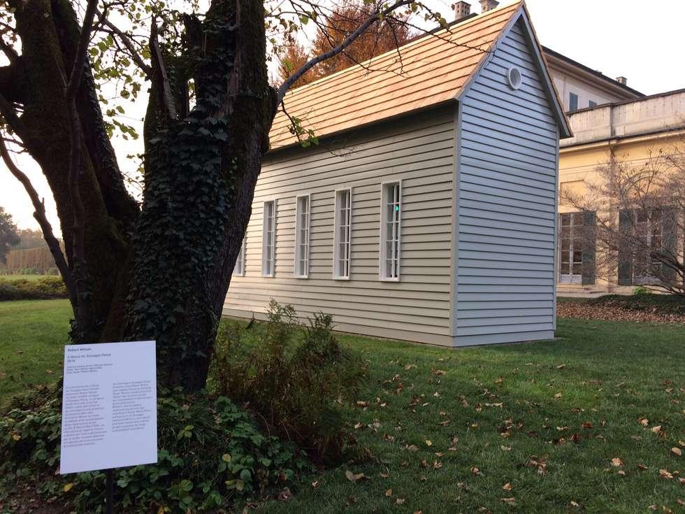 """""""A House for Giuseppe Panza"""" by Robert Wilson: Casa di legno in stile  di Novello Case in Legno"""