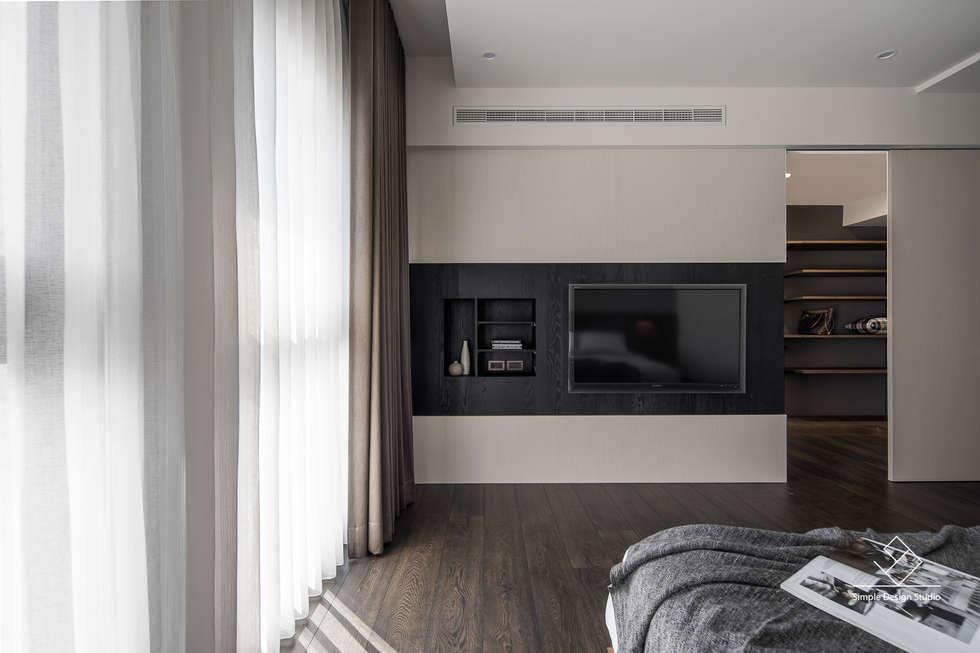主臥電視牆:  浴室 by 極簡室內設計