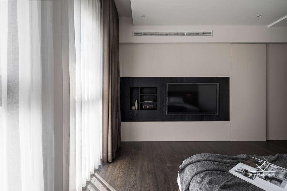 主臥電視牆:  臥室 by 極簡室內設計