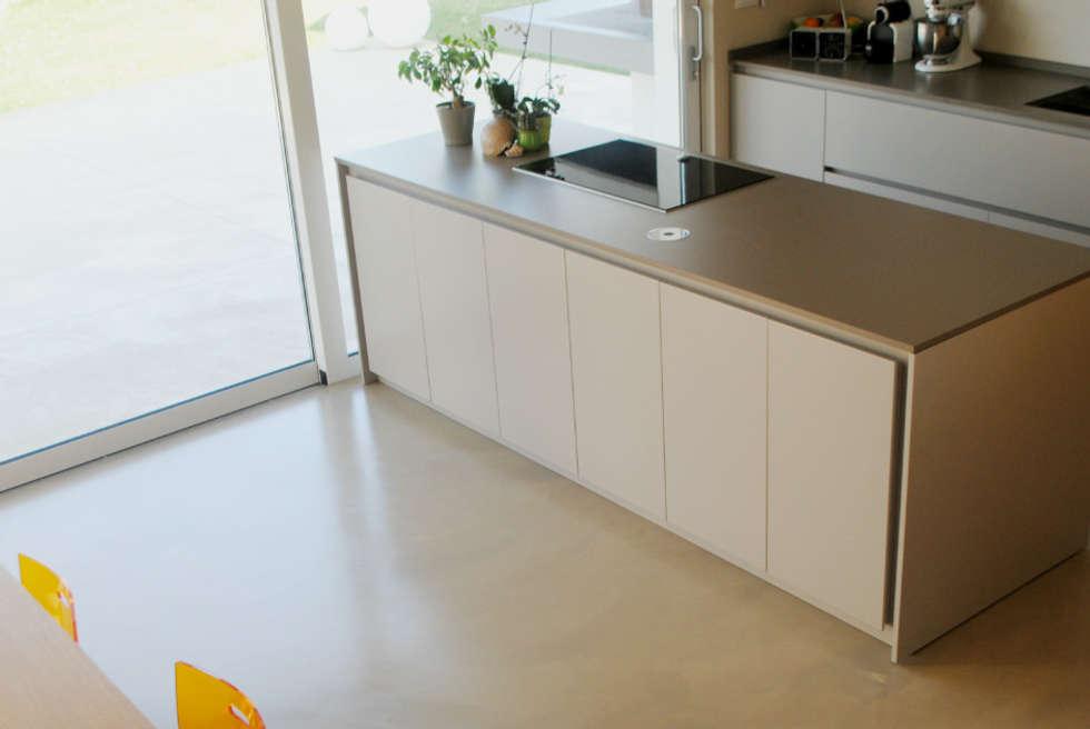 Pavimento in resina - cucina: Cucina in stile in stile Moderno di Due Punto Zero